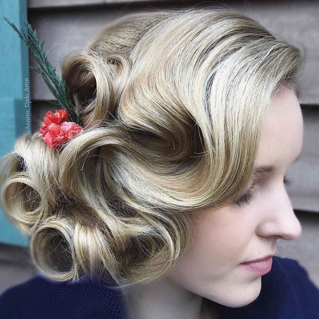 All heart eyes for this vintage inspired holiday updo by