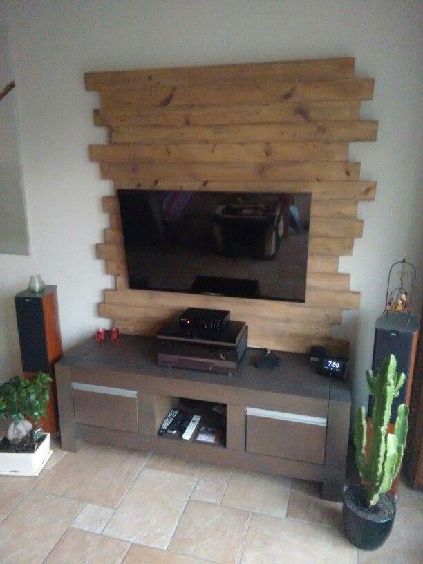 TV wand van doorgezaagde steigerplanken In de zijdeglans beits - tv wand