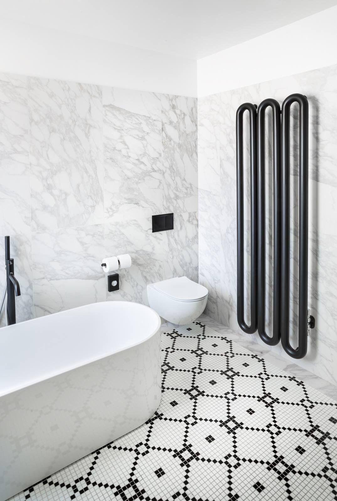Pareti in marmo pavimento e dettagli in bianco e nero le - Piastrellare su pavimento esistente ...
