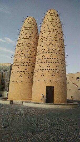 Essa mesquita tem uma arquitetura moderna.