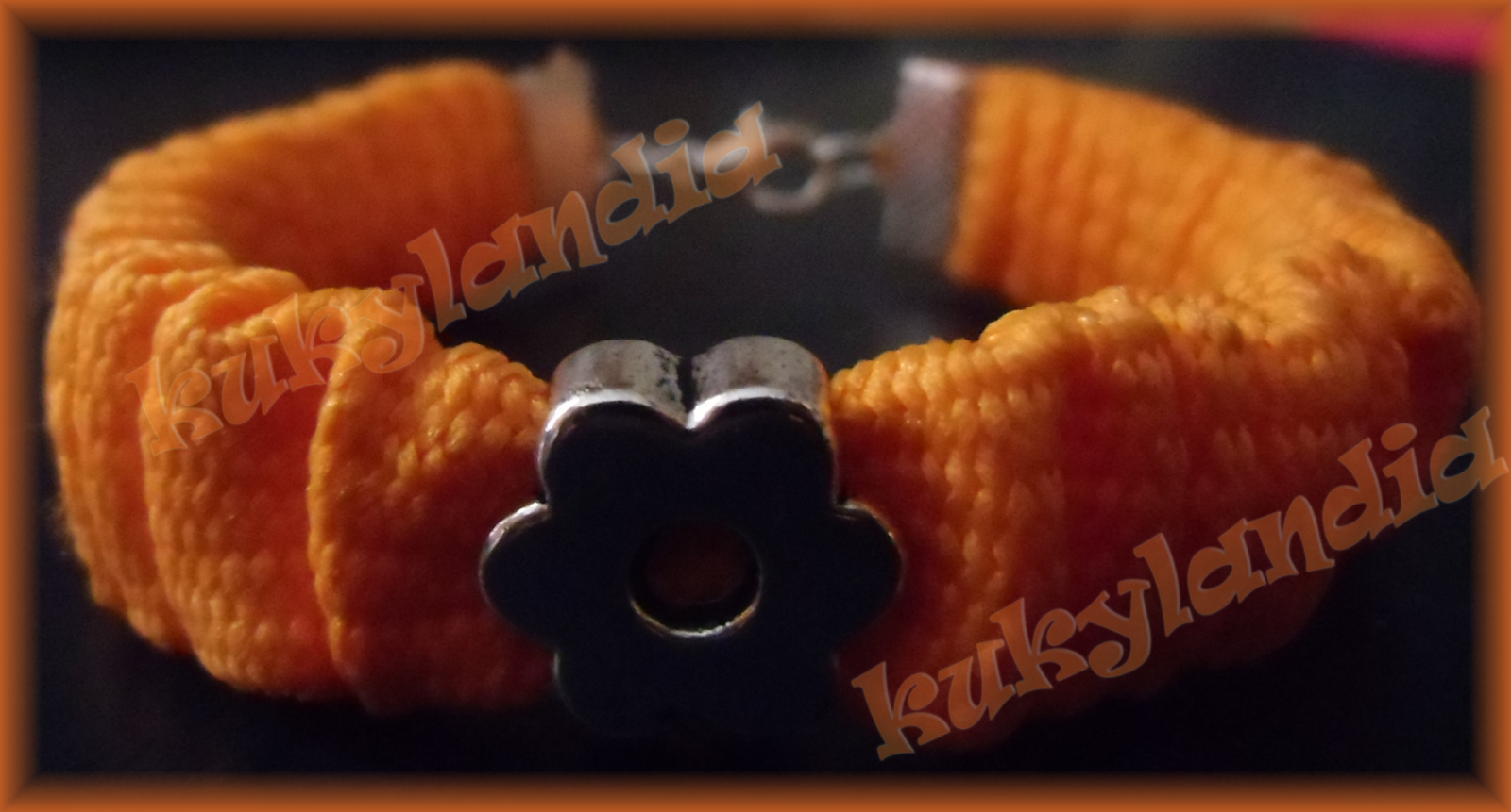 Pulsera de pliegues en color naranja.