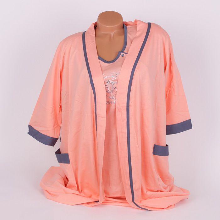 Комплект за бременни от халат и нощница за кърмене, изработени от фин памук в сладък цвят пъпеш, украсени с кантове в сив цвят. Нощницата е с малки сиви копчета отстрани за улеснение при кърмене и къси ръкави, деколтето е заоблено, а по средата е с апликирани сладки мечета. Халатът е с 3/4 дълги ръкави, дълъг до коляното, джобове и колан на талията.