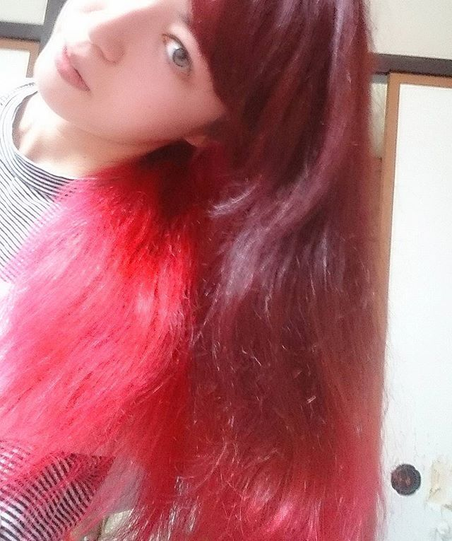 WEBSTA @ seilahime - My hair is quite red now! I used Manic Panic's White Bomb bleach and Vampire's Kiss! I only bleached the underside of my hair and dyed all of it red, causing the two-toned red! I love it!!マニックパニック(ManicPanic)で染めました!髪の毛の中?だけをブリーチして全部を赤に染めました!#redhair #hair #red #newhair #hairdye #twotone #twotonehair #manicpanic #nomakeup #nofilter #selfie #me #fashion #マニックパニック #髪の毛 #染めた #赤 #赤い髪 #ツートーン #ツートーンカラー #髪染めた #すっぴん #自撮り#ファッション