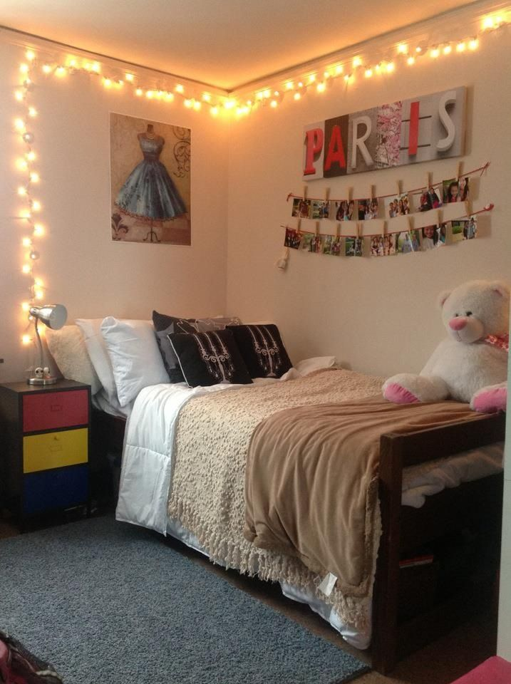 Command hooks used to hang lights in a dorm room come off - Lights to hang in room ...
