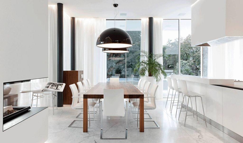 Helle Küche mit weißen Fronten und dunklem Esstisch aus Holz - küche holz modern