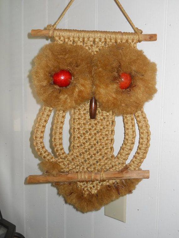 Совы в макраме — это целый мир... Для многих любителей макраме совы — источник вдохновения. Мастера используют образ сов для плетения панно, кулонов, брелоков, серёг, подвесок, отделки для текстиля. Совы завораживают и притягивают своей оригинальностью и простотой в изготовлении. Шнур, бусинки, палочки... плюс немного фантазии... узлы макраме... и у вас получится чудесное создание!