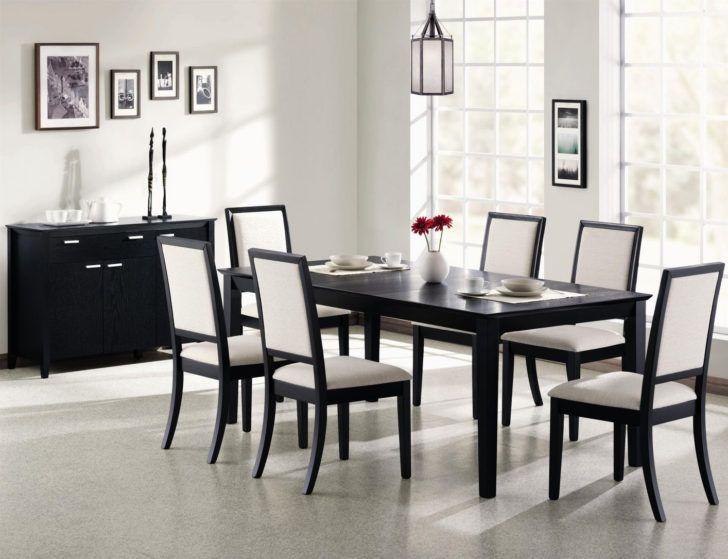 sillas oscuras de madera
