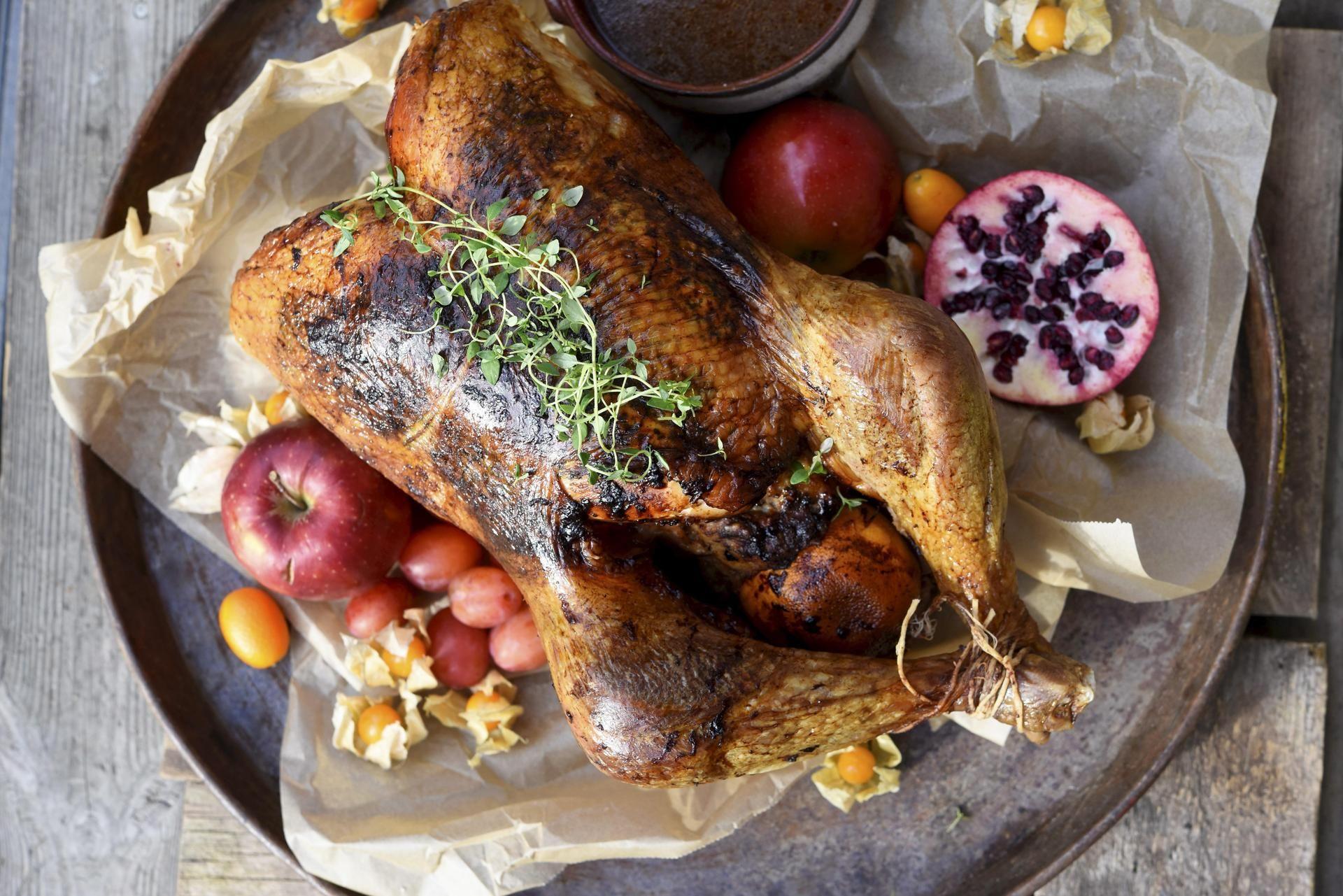 Pähkinöillä ja kananpojan jauhelihalla täytetty kalkkuna on joulupöydän kruunu.