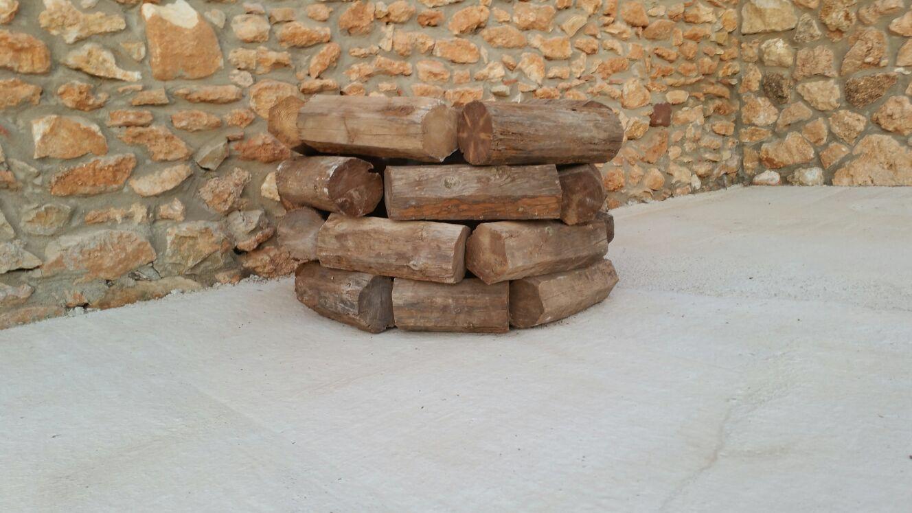 Rustic wood plant pot. Macetero rústico con vigas madera.