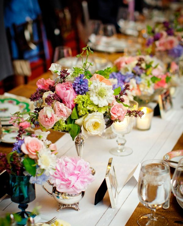 Tischdeko fr Hochzeit  mehreren Blumenarten und Farben