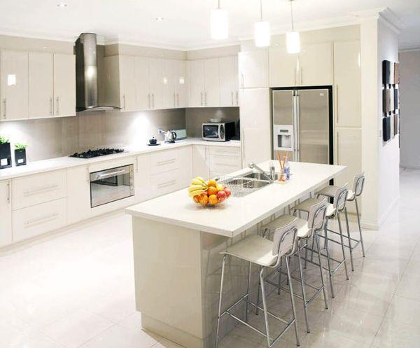 cocina grande en l blanca con mesa | Cocinas en L | Pinterest ...