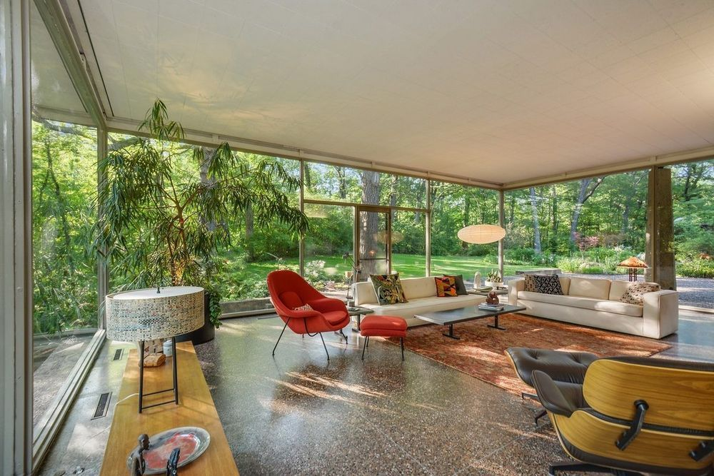 Rockwells private house in the suburb olympia fields outside of chicago is a modernist glass house that many would call a marvel