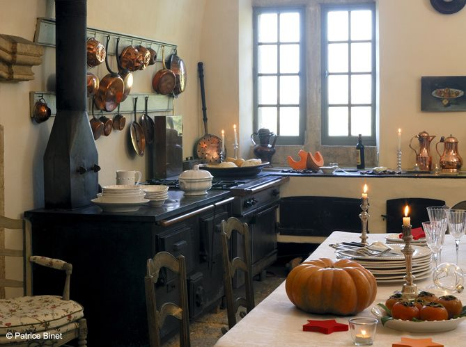 Une cuisine campagne qui expose ses casseroles à l\u0027ancienne