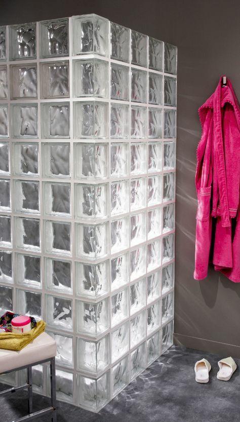 Mettons des briques de verre dans la salle de bains bonne idée