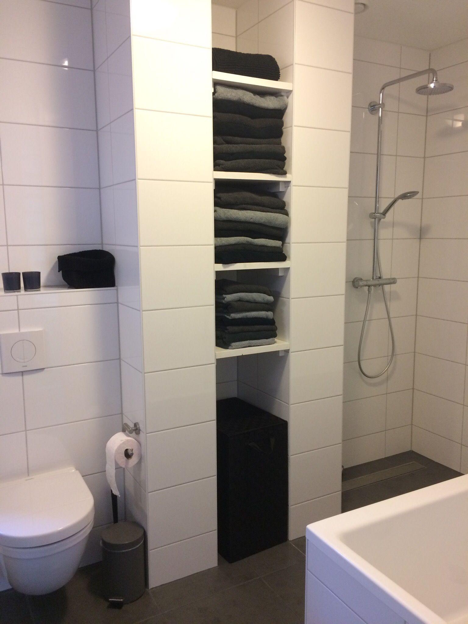 Moderne badkamer zwart wit badkamer nis nissen nisje handdoeken zwart wit pinterest - Moderne badkamer betegelde vloer ...