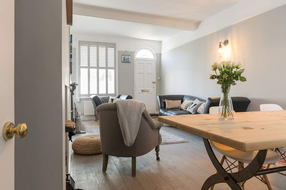 Winkle Cottage, Cowes Winkle Cottage | Cowes | Sleeps 4 + cot. Offering the perfect holiday destination for those wanting a tranquil and stylish property with many restaurants and shops just a stone's throw away.
