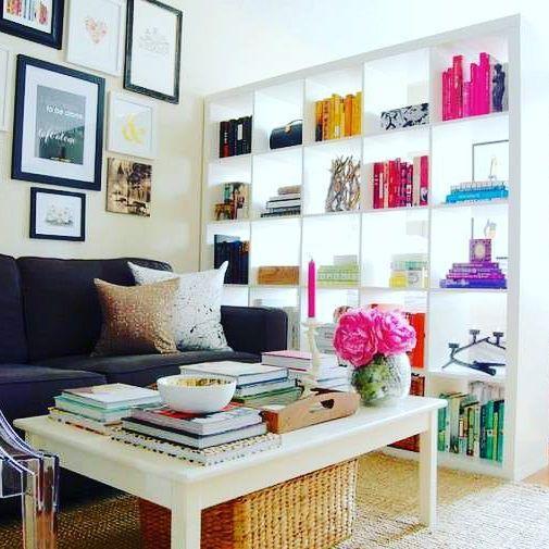 Uma estante vazada para dividir ambientes deixa um visual leve e amplo para apartamentos pequenos, dando um ar sofisticado de loft.  Bom domingo!  #Inspiração