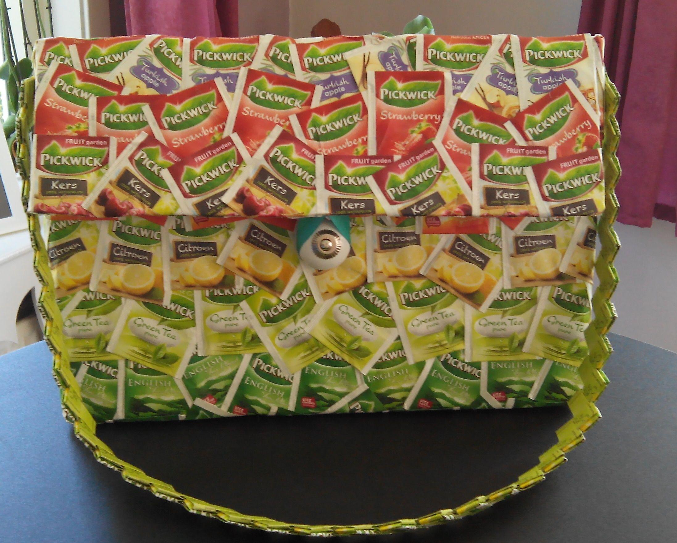 Deze tas is gemaakt van karton en helemaal versiert met theezakjes. Het hengsel bestaat ook alleen maar uit theezakjes!