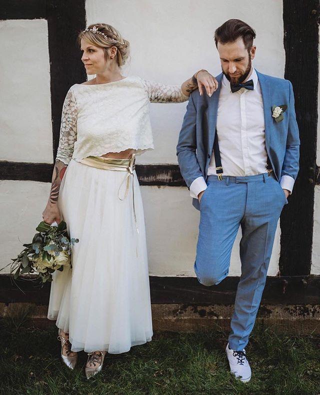 Moderne Braut, cooles Brautpaar, kurzes Brautkleid für die ...