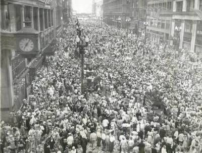 V-J-Day, 1945, on State Street, Chicago. Marshall Fields is on the left. |  Chicago photos, Chicago history, City photo