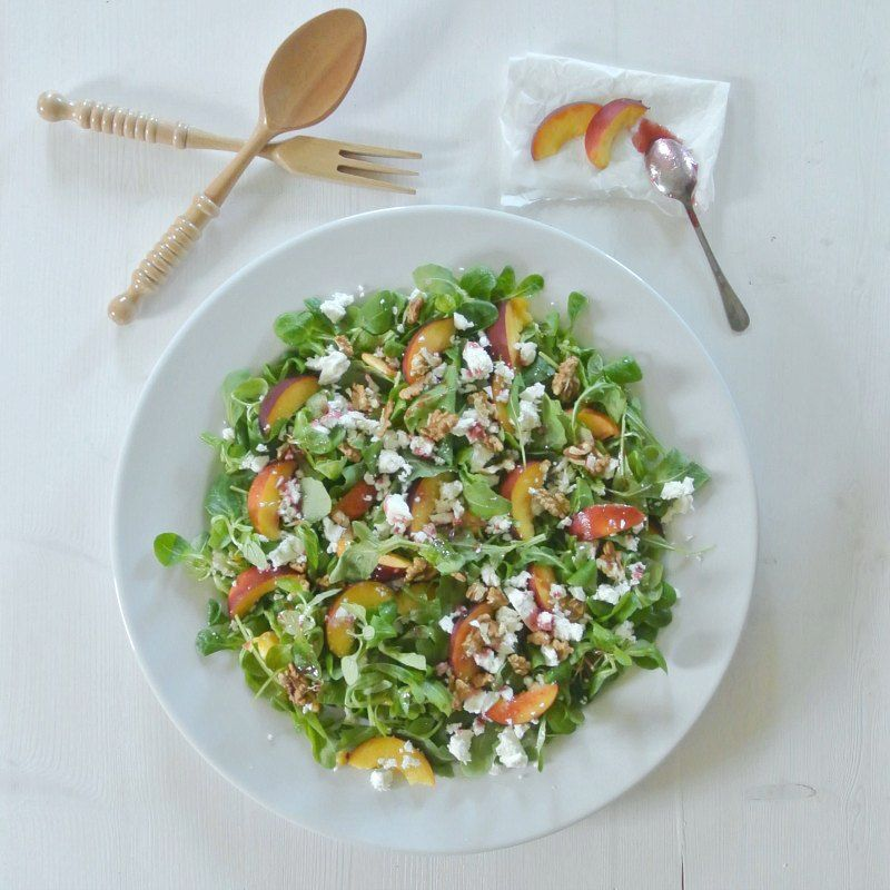 Schneller Salat mit Pfirsichen, Feta und Rucola