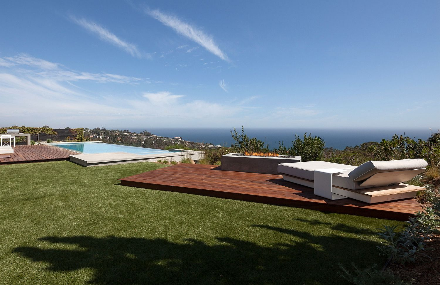 Overlooking the Pacific Awesome LA Home Does Away with