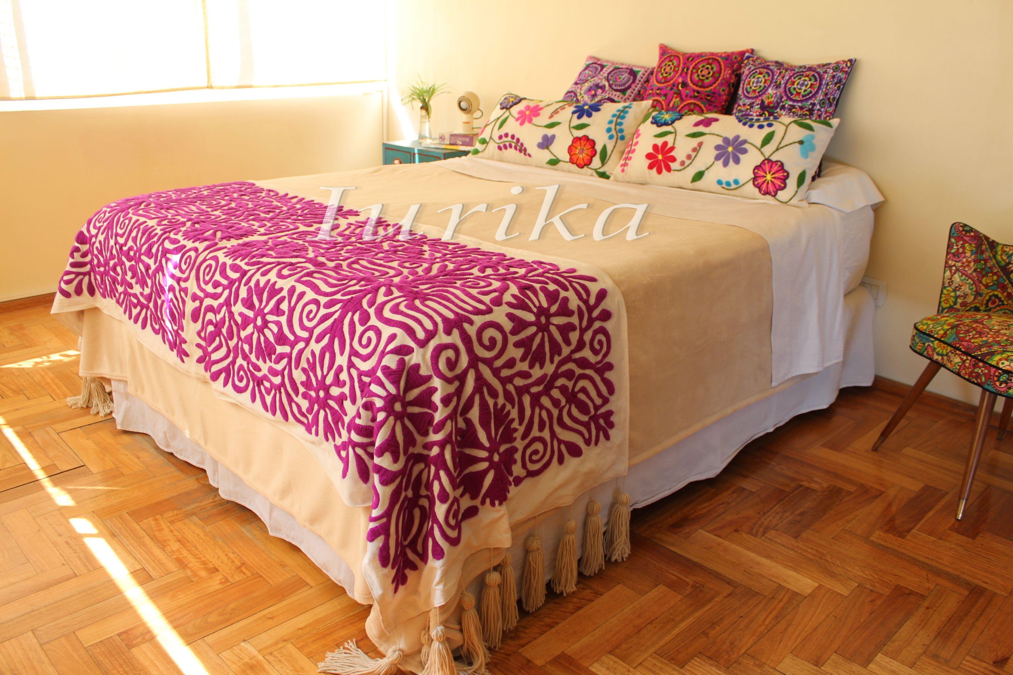 Pie de cama bordado a mano. Modelo Orquídea