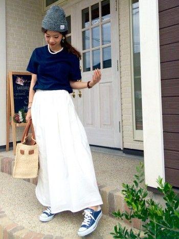 d06bb78b90461 ... コーデに合わせたのは、夏らしいかごバッグ。大きめのサイズでも、かごバッグなら重たい印象になりません。Tシャツ×パールネックレスも、大人の女性には おすすめの ...