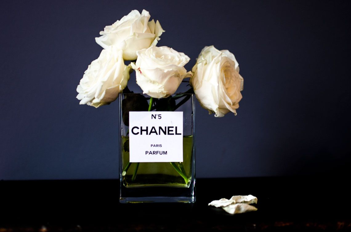 DIY CHANEL no 5 Vase white roses so chic elegant easy
