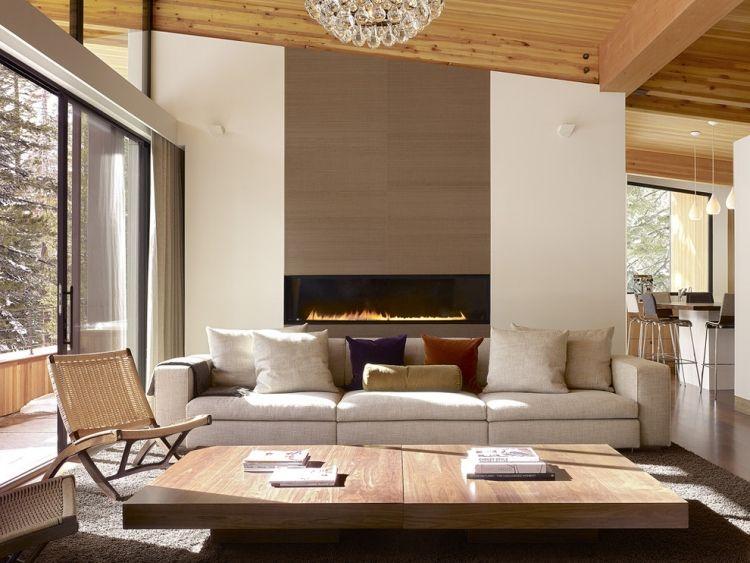 Wohnzimmer in neutralen Farben eingerichtet mit Wand-Kamin