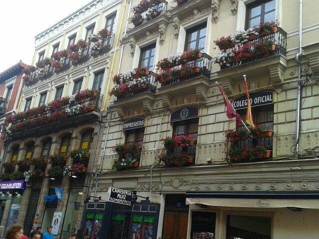 Balcones con flores en León