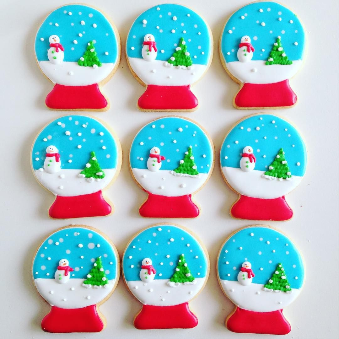 Mais biscoitos de #natal ☃☃ - os últimos do ano! #snowglobe #cookies #cookiesdecorados #biscoitosdenatal #biscoitosdecorados #aulasthecookieshop #glacereal #cookieart #thecookieshop #sobencomenda #encontrandoideias #festejando #christmascookies