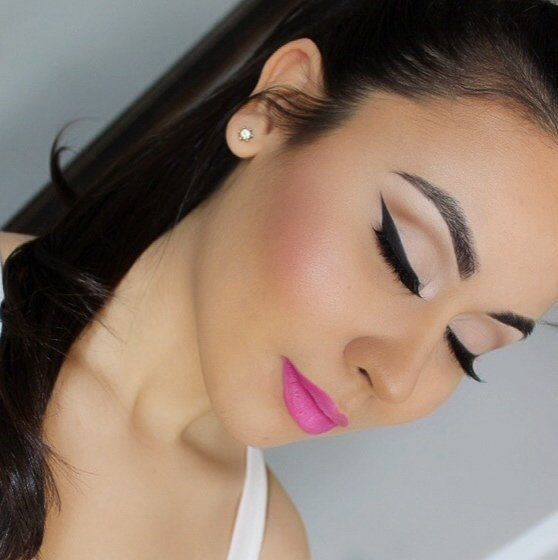 Winged eye liner,and pink lips;*
