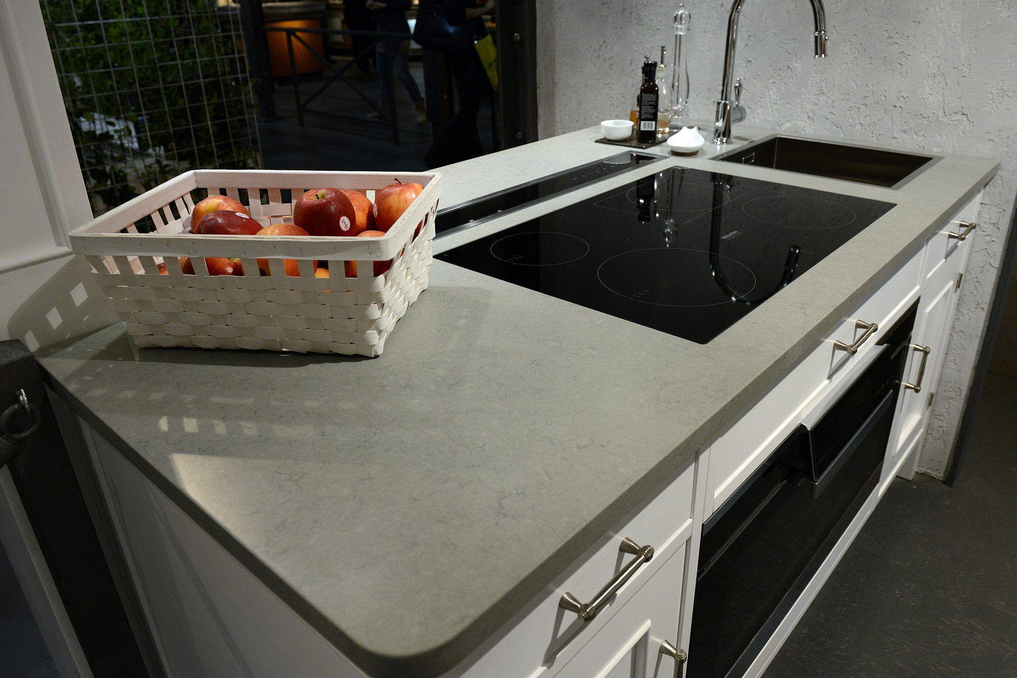 Auf Wunsch Integrieren Wir Die Spule Das Ceranfeld Und Weiteres In Ihre Silestone Arbeitsplatte Ein Http Www S Kitchen Worktop Kitchen White Gloss Kitchen