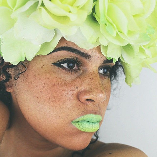 So fresh and so green. Try something new for summer. Beautiful #summermakeup #greenlipstick #fashion #ladiesfashion #freckles #summerstyle #makeup #beautiful #green #lipstick