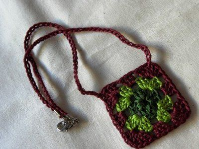 How to make a granny square necklace... | kootoyoo ♡ Teresa Restegui http://www.pinterest.com/teretegui/ ♡