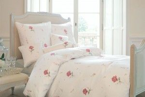 so sieht f r uns das perfekte schlafzimmer im landhausstil aus bettw sche mit rosenmuster von. Black Bedroom Furniture Sets. Home Design Ideas