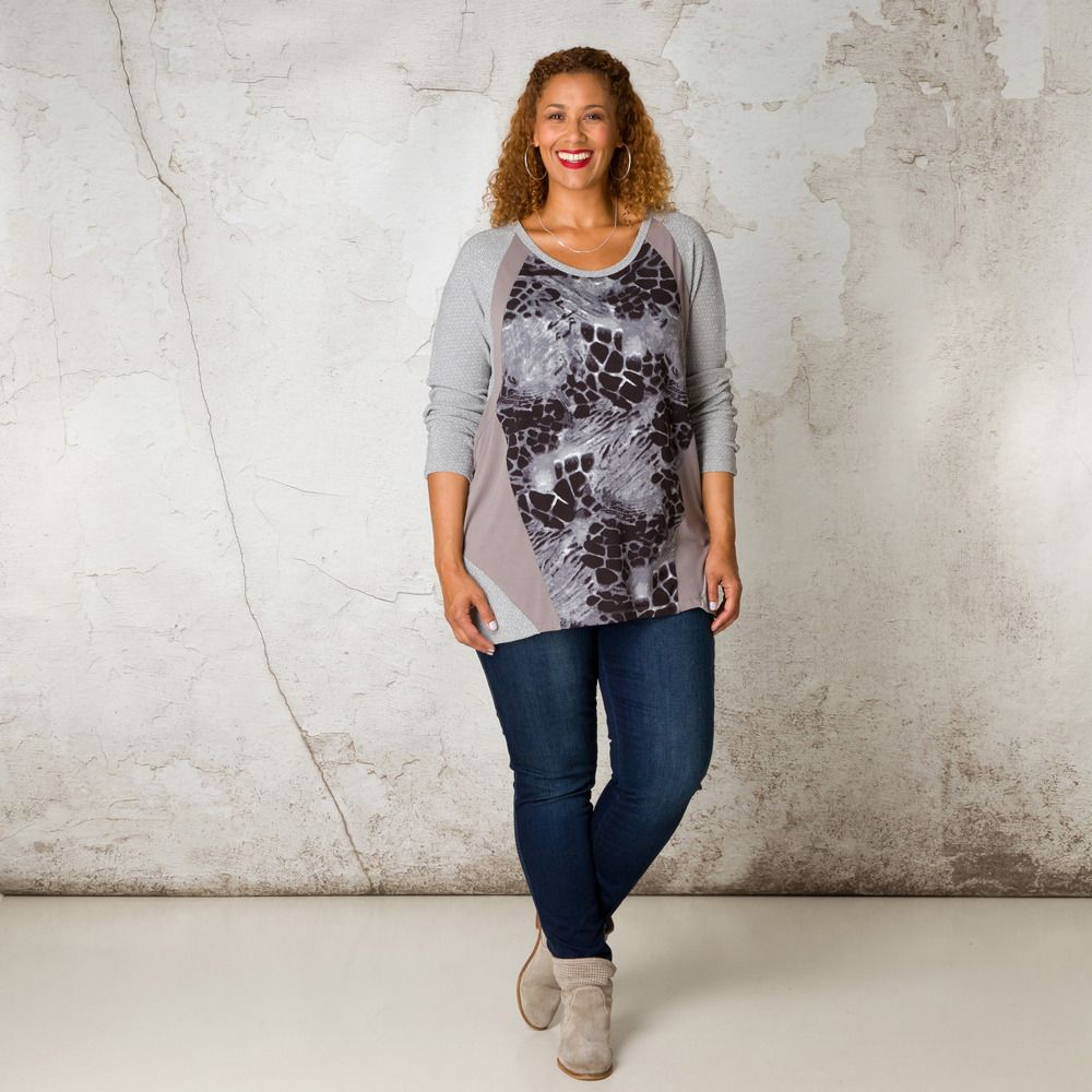 Deze stoere, comfortabele jumper heeft mouwen en inzetten op de heup van zilver lurex. Het voorpand heeft een animalprint. Combineer deze jumper met e... Bekijk op http://www.grotematenwebshop.nl/product/shirt-van-x-two-voor-vrouwen-met-grote-maten-36/