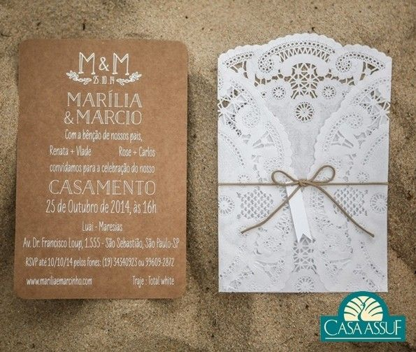 Os detalhes em renda deram um toque especial no convite. É uma excelente ideia para quem quer casar na praia. Foto: @studio47_ #casaassuf #noivasassuf #convite #wedding #bride by casaassuf