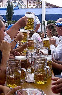 """La Maß (""""medida"""", se pronuncia mass) es una antigua unidad de volumen austro-bávara, actualmente utilizada para medir cerveza. Originalmente medía 1,069 litro (1 litro, más- coma decimal- cerosesenta y nueve fracciones de litro), hoy en día, un Maß equivale a un litro. Maß se usa también como abreviación de Maßkrug, un tipo de jarra (bock o pocal) de cerveza de un litro de capacidad."""