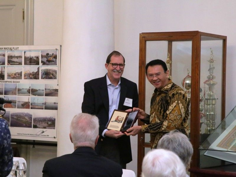 Basuki menerima cenderamata dari Trustee Asia Foundation