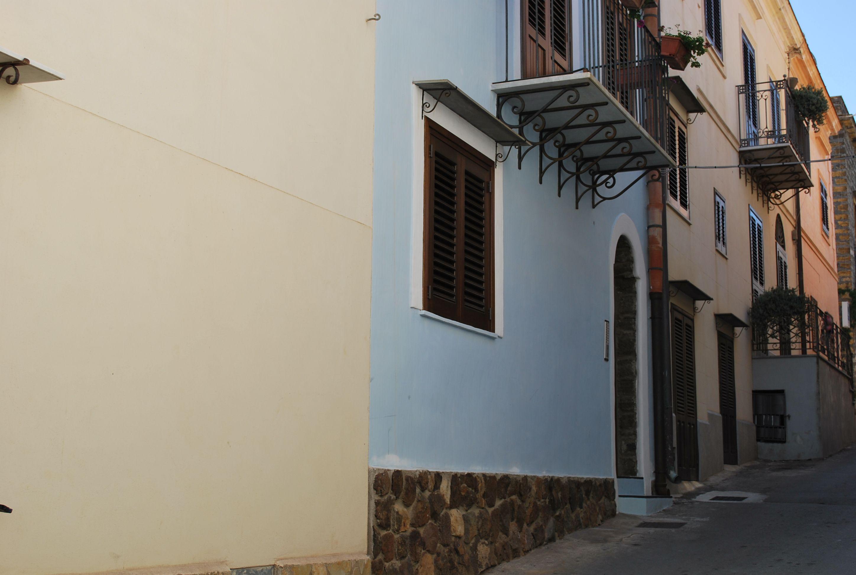 Die Wohnungen von Solaressind auf drei Etagen eines neuen Gebäudes unterteilt, kürzlich renoviert, nur wenige Schritte vom Marktplatz entfernt. www.solaresustica.it #MagicUstica #AutumnInSicily