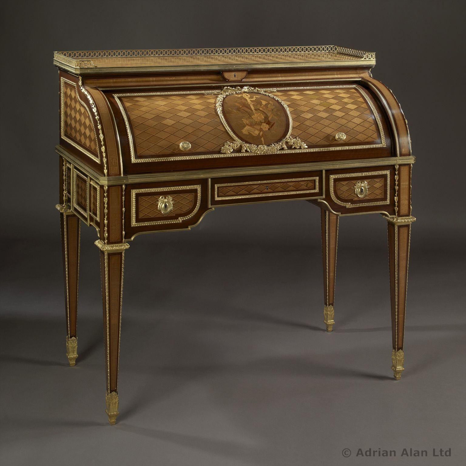 Un petit bureau cylindre de style Louis XVI en marqueterie et ...
