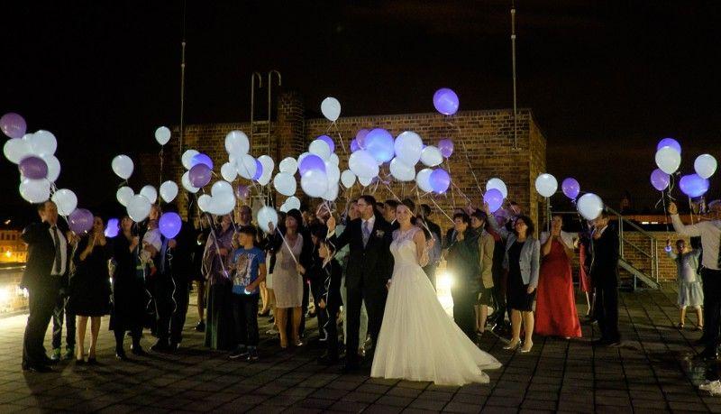Ein Echter Hingucker Und Die Stilvolle Alternative Zu Knicklichtern Leuchtende Luftballons Mit Helium Luftballons Hochzeit Hochzeitstanz Wunderkerzen Hochzeit