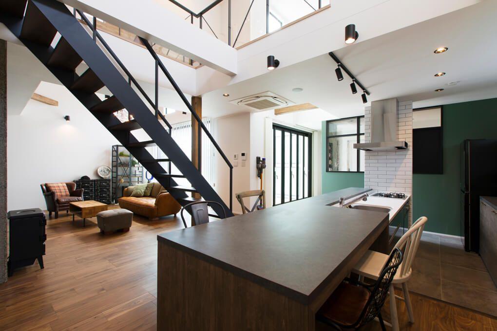 キッチンと一体型のダイニングテーブルは配膳がしやすく デザインの良さだけでなく使い勝手も良い リビング階段 間取り 家 注文住宅