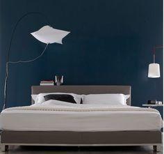Chambre Bleu Nuit Et Gris Et Blanc Avec Tête De Lit En Bois Gris