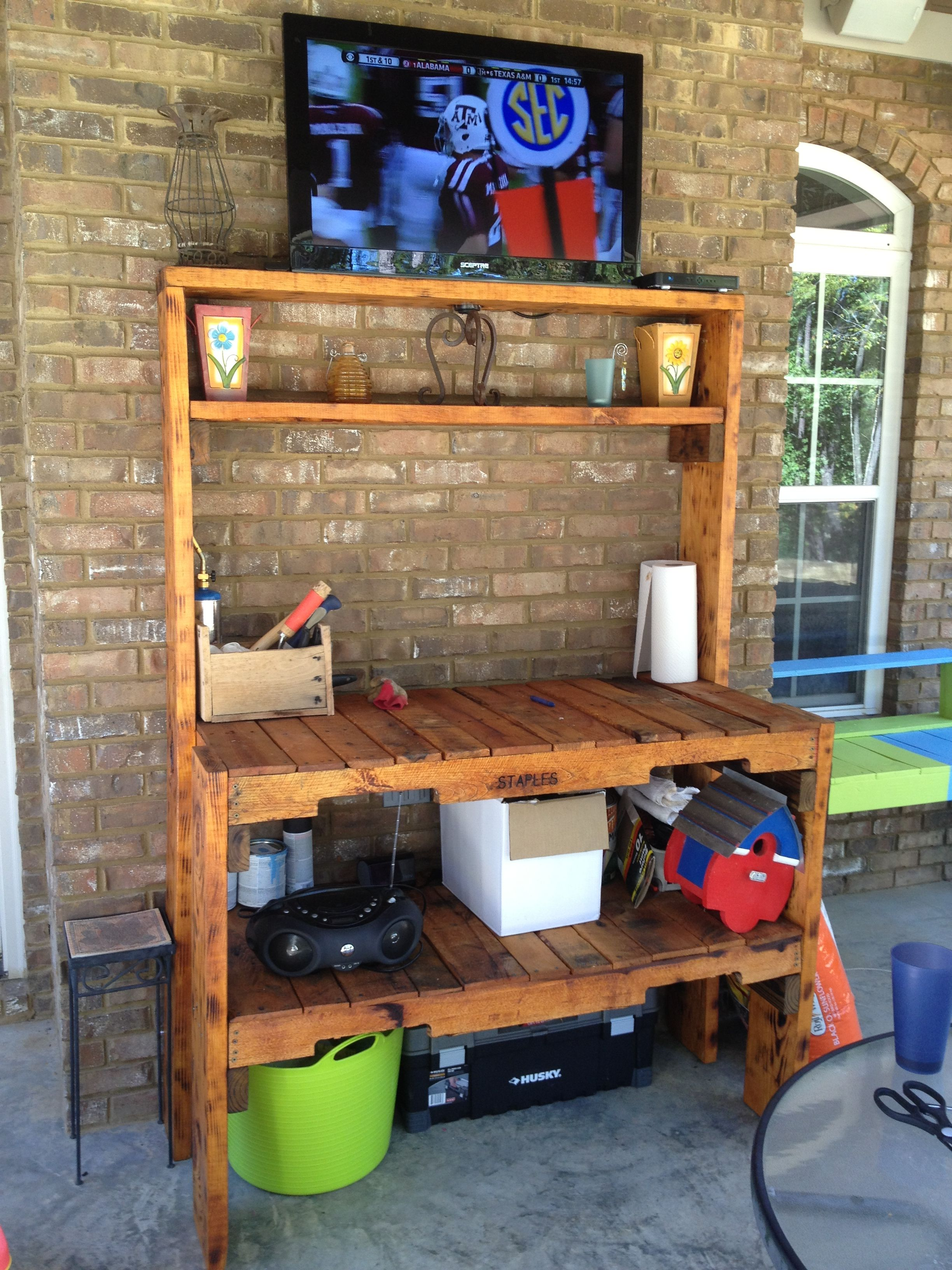 Potting Bench/Outdoor TV Stand made from pallets!  But with the bakers rack?