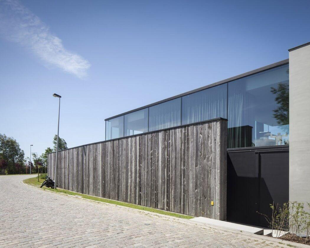 Barnwood Fügt Wärme zu Modernen Glas Retreat in Belgien Wohnzimmer ...