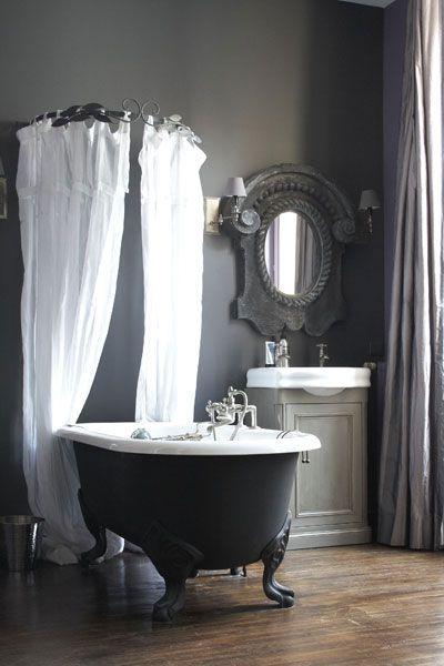 baignoire pattes de lion sur tr s beau plancher salle de. Black Bedroom Furniture Sets. Home Design Ideas
