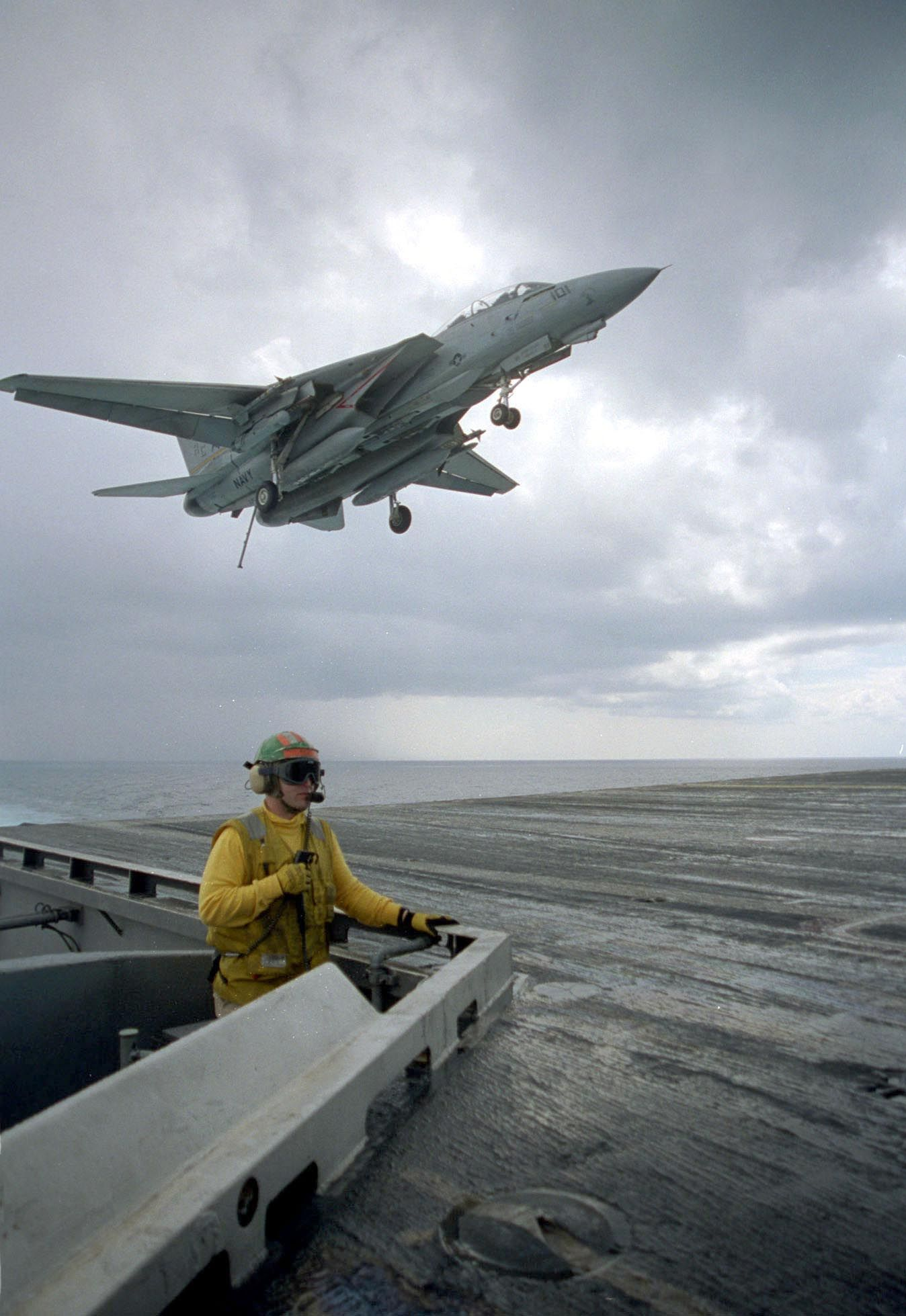 The Mediterranean Sea (Mar. 22, 2003) -- A flight deck safety observer watches over flight operations from … (With images) | Flight deck, Weapon ...